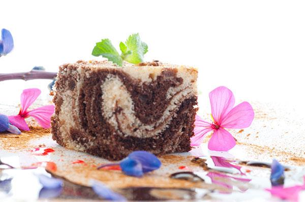 طريقة عمل الكيكة الرخامية الهشة  في 30 دقيقة - وصفة 2021
